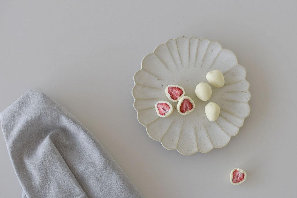 いちごチョコとたくまポタリーのハナ皿