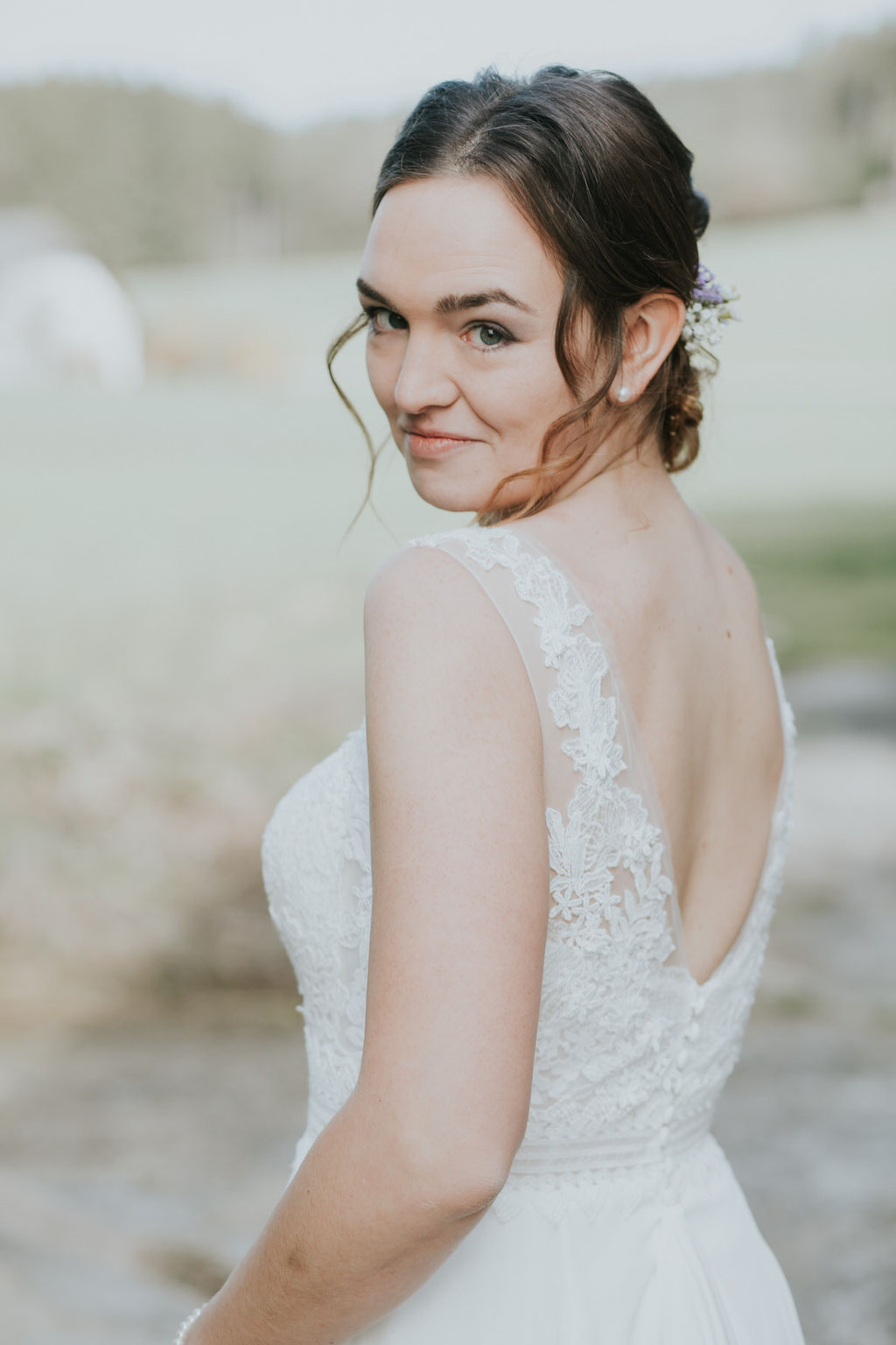Brautportrait im Hochzeitskleid mit Rückenausschnitt