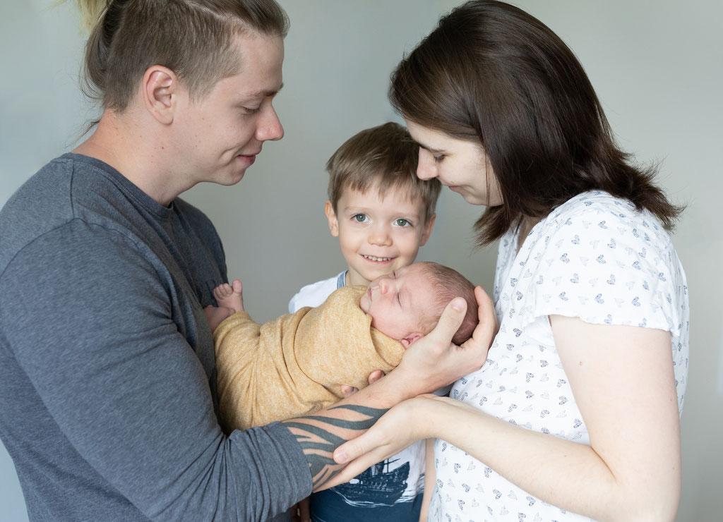 Neugeborenenfoto, Baby mit Familie