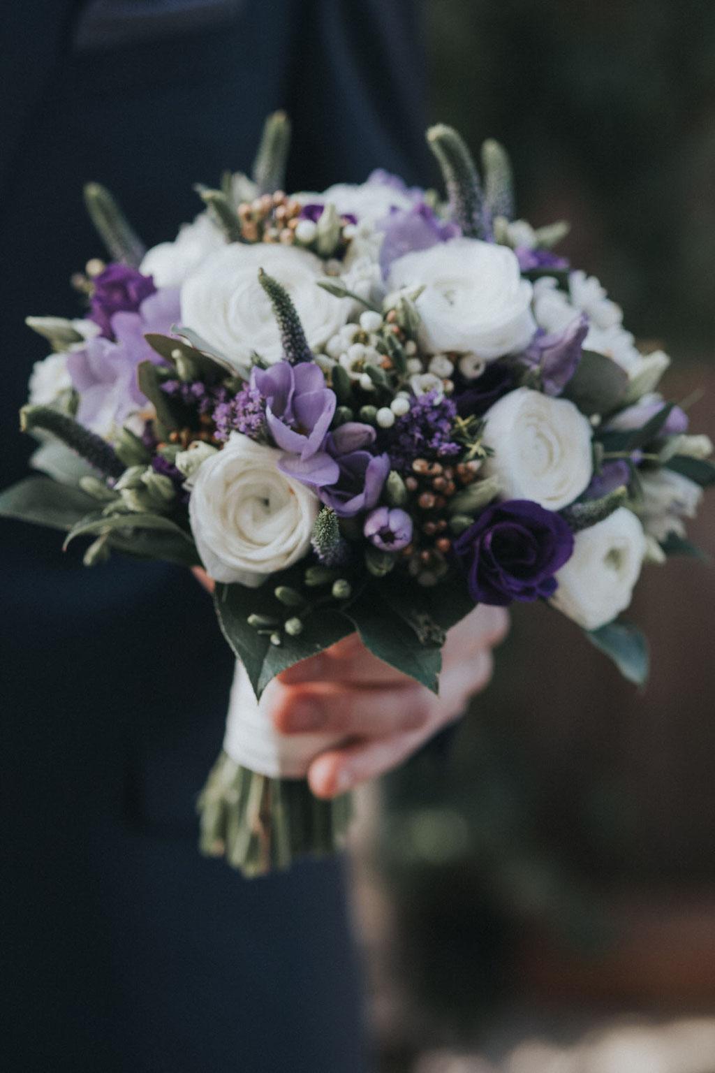 Brautstrauß mit lila Blumen