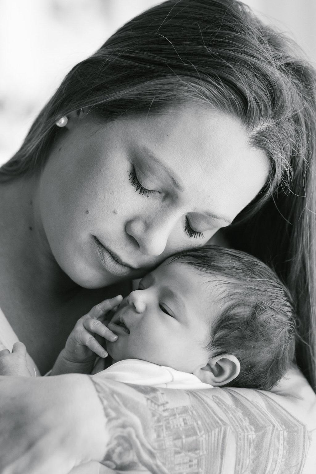 Neugeborenenfoto, Baby mit Mama