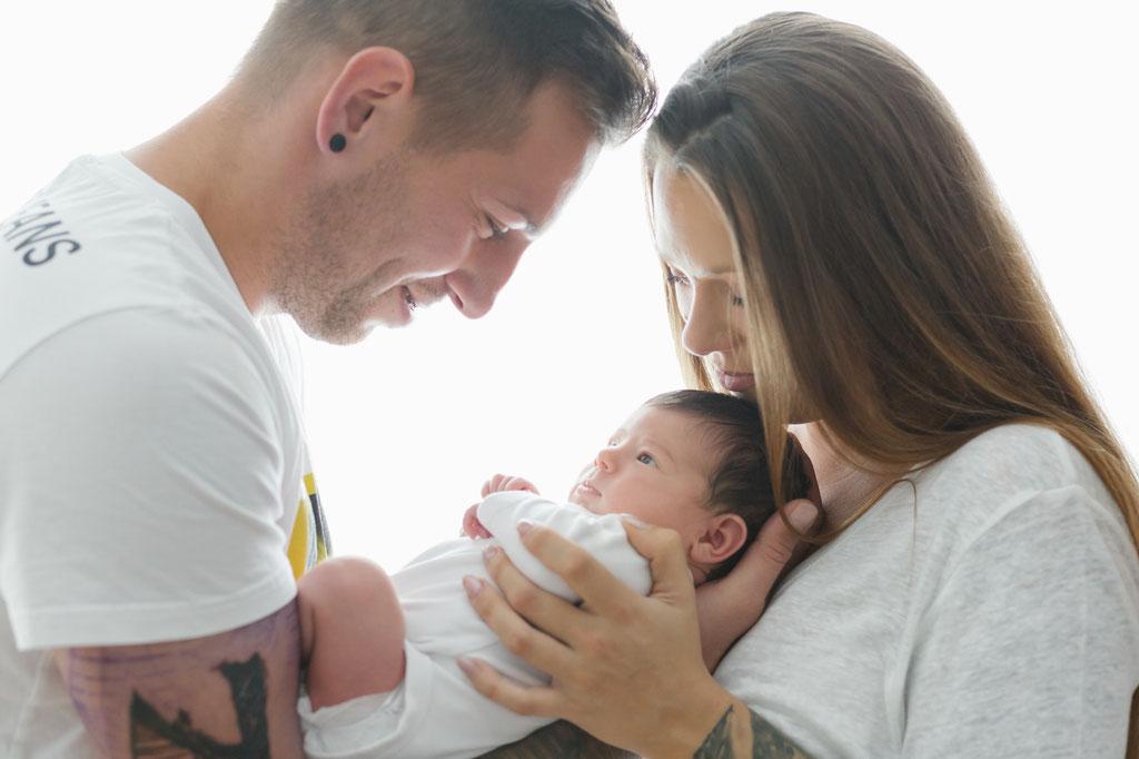 Neugeborenenfoto, Baby mit Mama und Papa