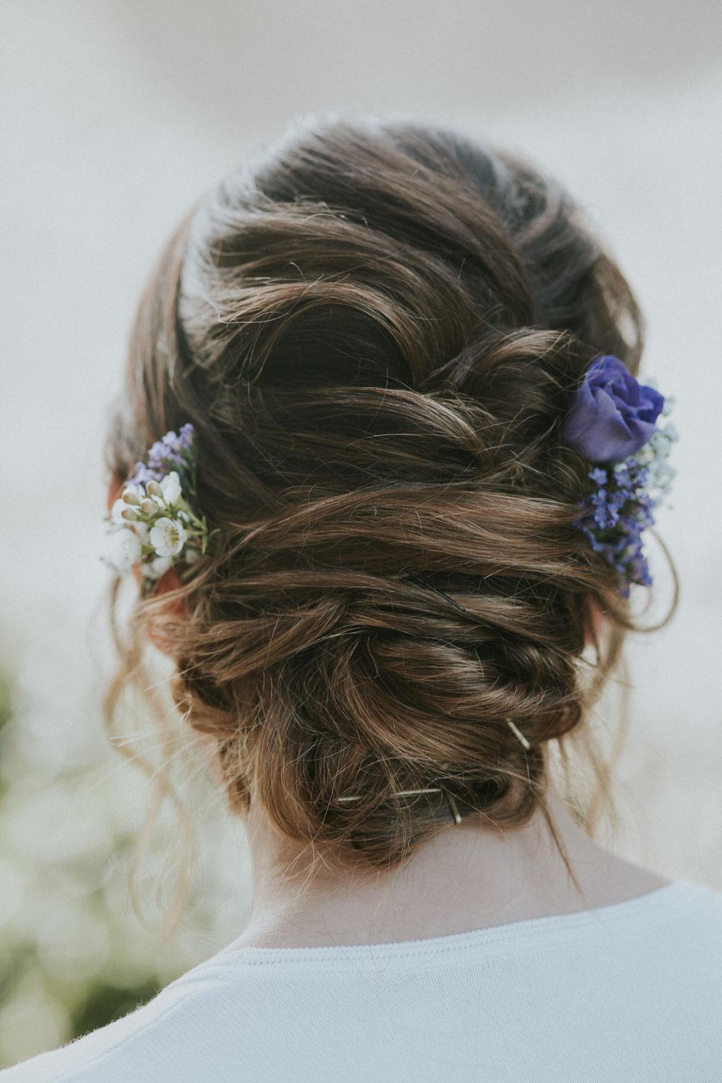 Hochzeitsfrisur mit echten Blumen im Haar