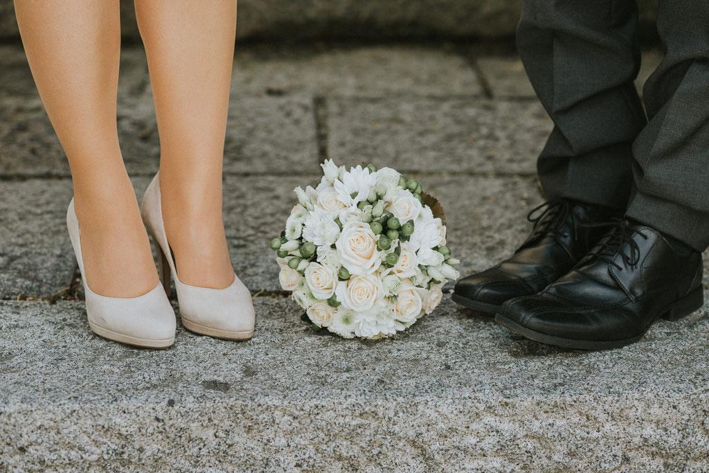Detail Schuhe und Brautstrauss, Hochzeit in Atzbach, Oberösterreich