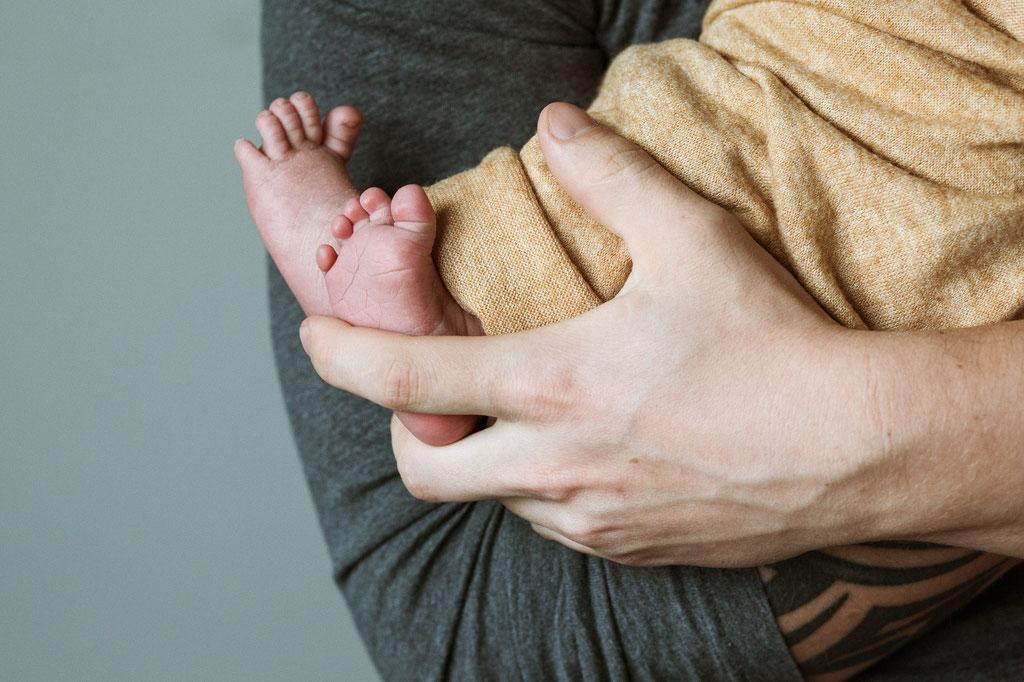 Neugeborenenfoto, Baby mit Papa