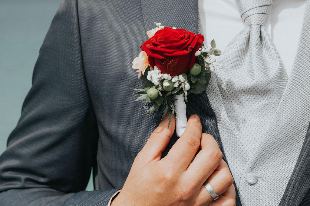 Hochzeitsanstecker für den Bräutigam (c) Mara Pilz Fotografie