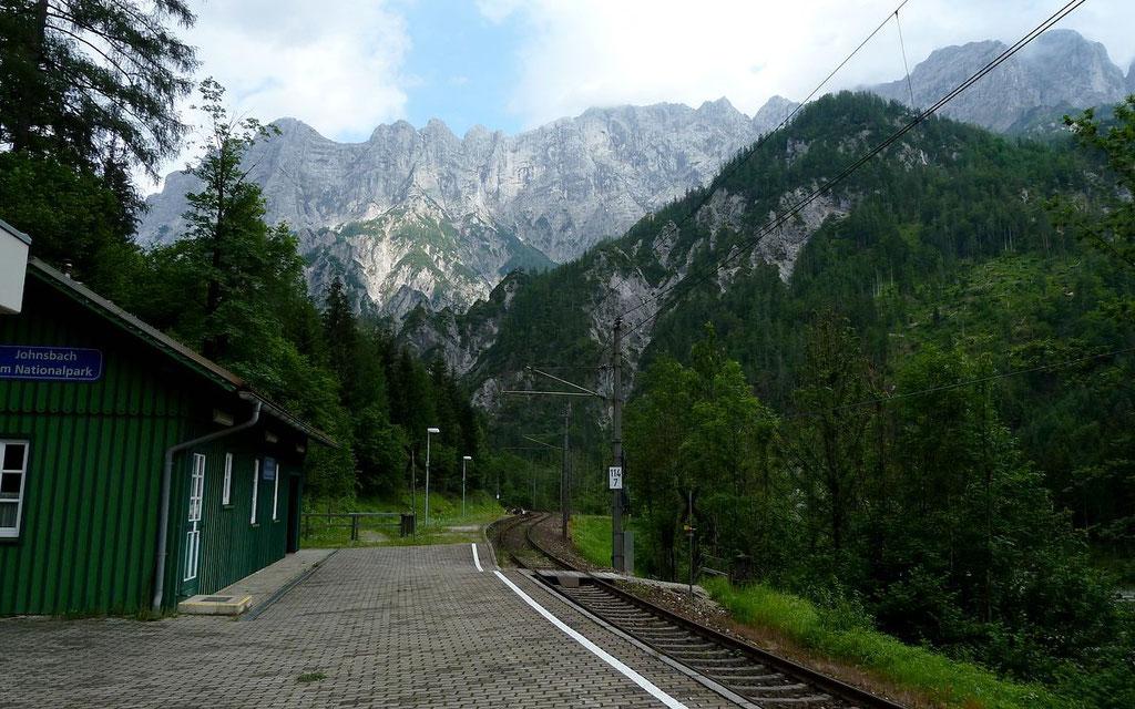 Bhf Jonsbach im Naturpark Gesäuse. Hier beginnt der Rauchbodenweg zum Gstatterboden.