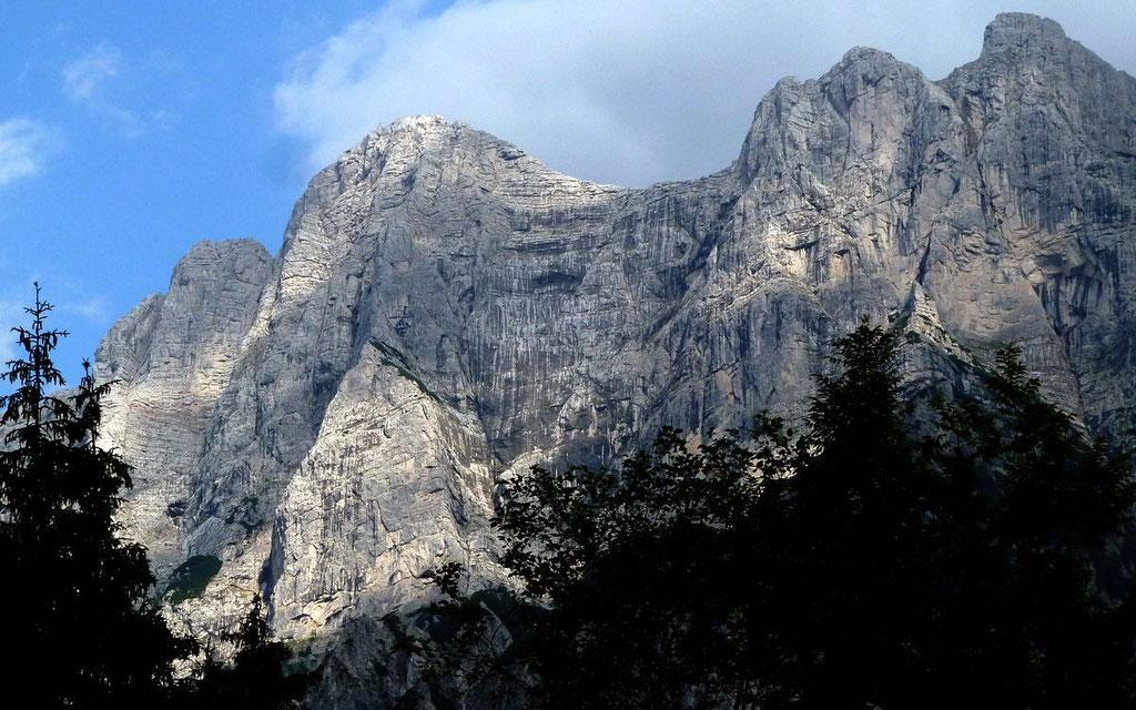 Die hohen, steilen Nordwände des Gesäuses