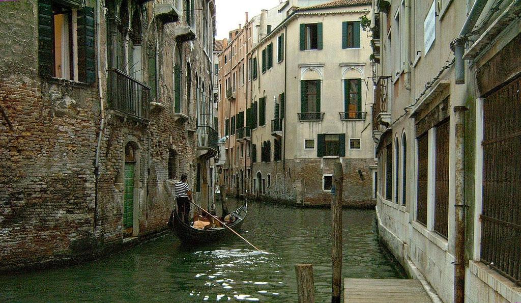 Ruhiger Seitenkanal in Venedig