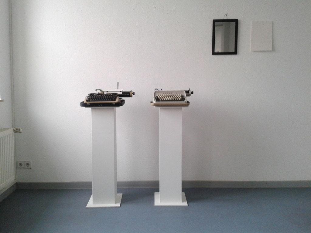 Büro Spiegel, Papier, zwei Schreibmaschinen