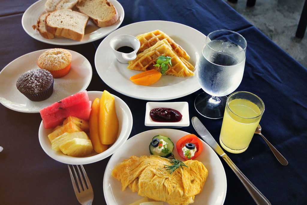 Extraordinary breakfast at the Atmosphere Resort, Dauin, Philippines © Sabrina Iovino | JustOneWayTicket.com
