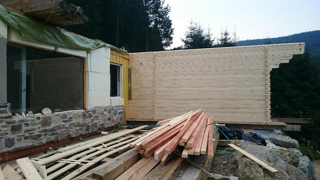 zu den Containern wird ein Holzhaus angebaut