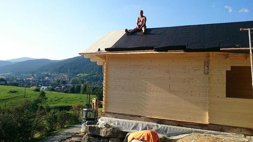 Holzblockhaus wird integriert