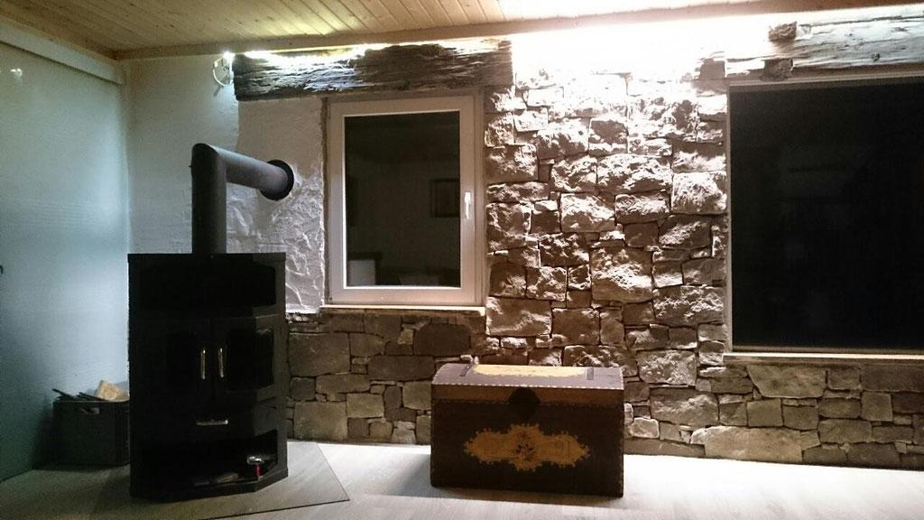 Wohnzimmer mit Geopietra Steinfassade