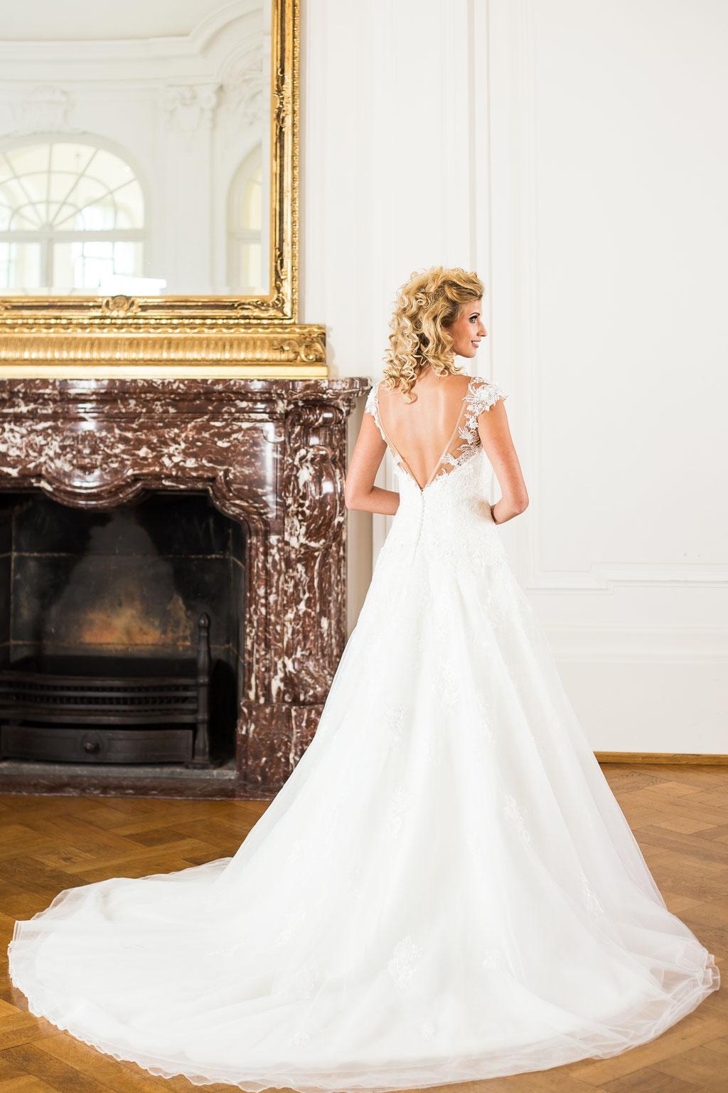 Träger tiefer Rücken Spitze Glitzer Brautmode München Google Empfehlung Haar Cecile White Silhouette ivory