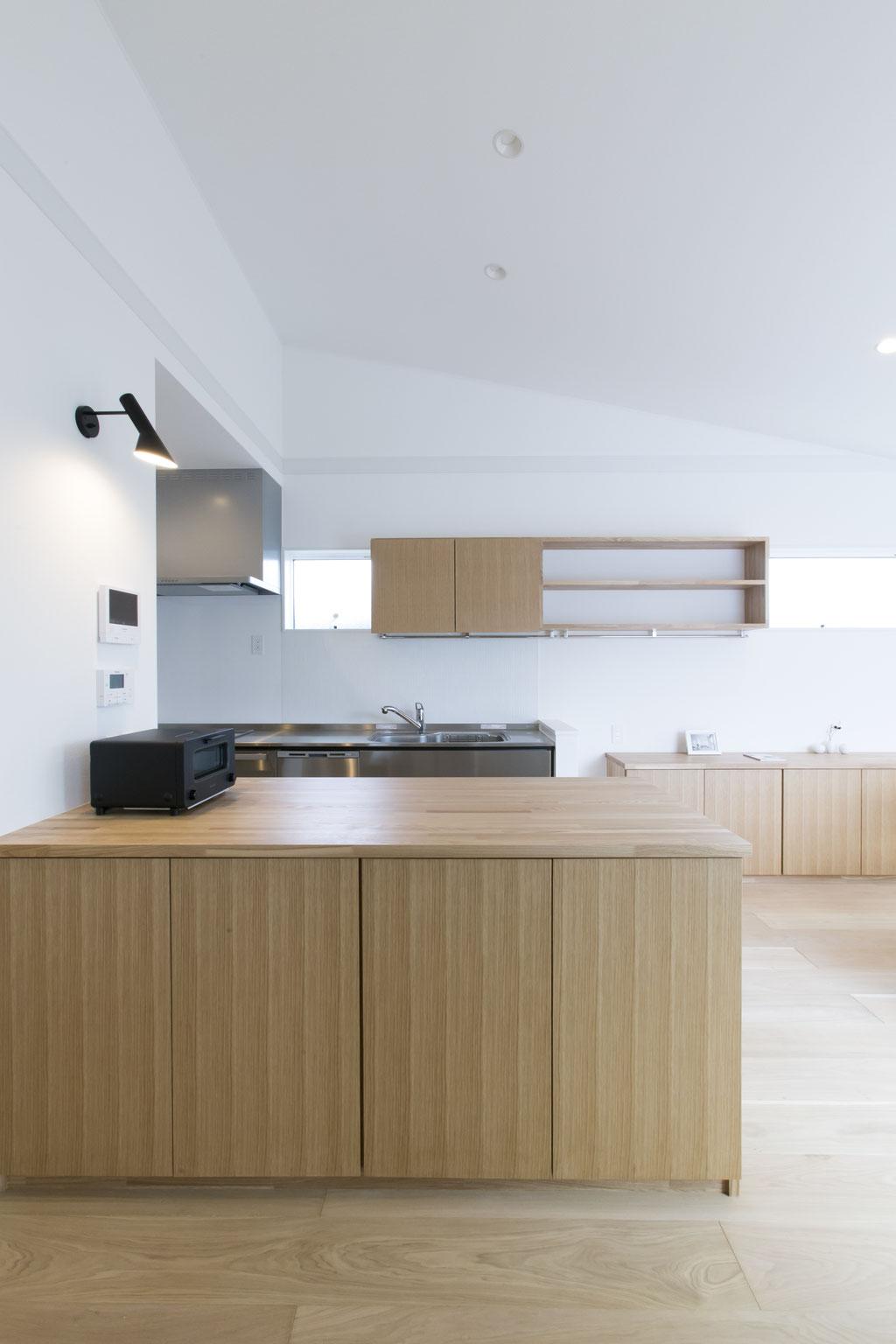 収納が充実した広いキッチンの作業台
