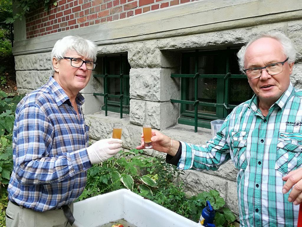 Natürlich hat Jürgen (links) bei der Produktion des NABU-Apfelsafts tatkräftig mitgeholfen. Hier verköstigt er zusammen mit Klaus Liebel den frisch gepressten Saft im Jahr 2017.