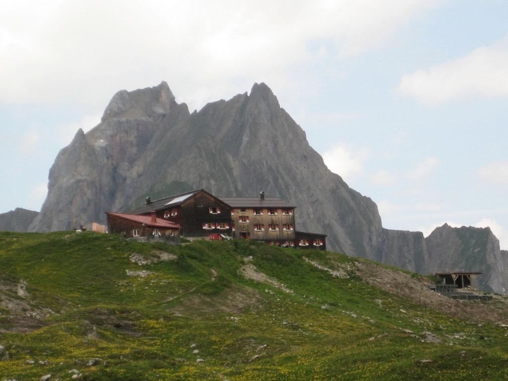 Hüttenansicht Memminger Hütte - © Fotoarchiv Familie Schmid