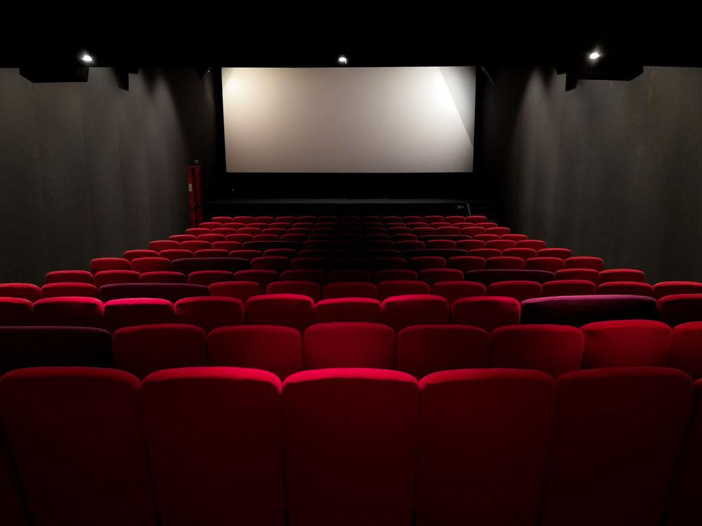 alcyone, anne merceron, guillaume larreur, design, sizun, bretagne, cinéma, l'image, plougastel, réfaction, rénovation, film, chêne, forbo, contemporain, rafraîchissement, salles obscures, rouge et noir, salle de projection, lumière, led, fauteuils cinéma