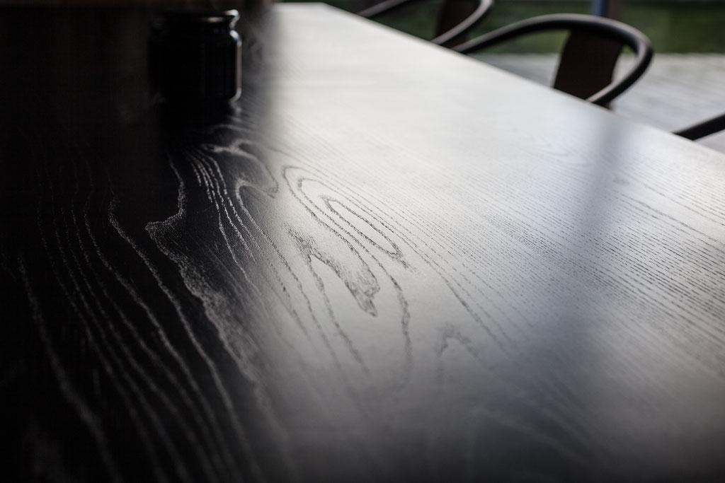 alcyone, anne merceron, guillaume larreur, design, sizun, bretagne, neuf, construction, maison, ossature bois, bardage bois, saint pol, sur-mesure, frêne noirci, teinte, bois massif, table, grande table, table noir, salle à manger, veinage, moderne, épuré