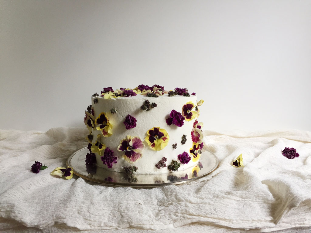 Torte mit essbaren Blüten (Foto: Süße Poesie)
