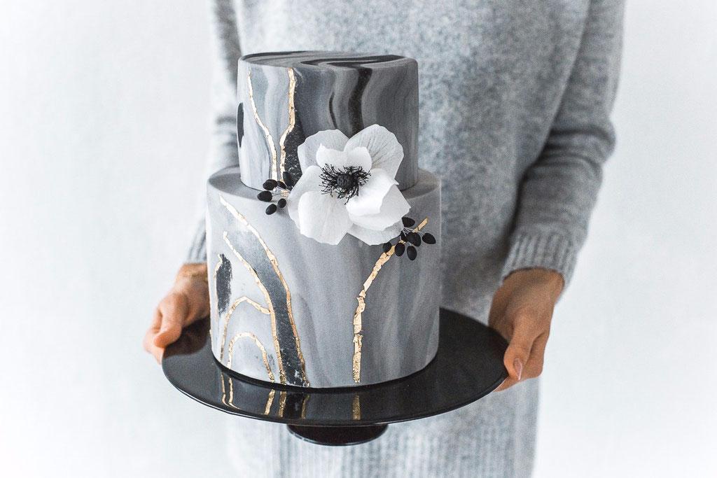 Marmorierte Torte mit essbarer Blüte (Foto: Herrundfrau.w)