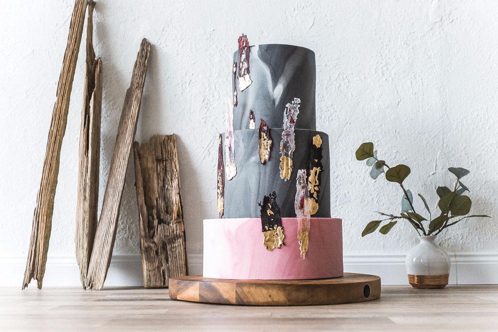 Torte mit Kristallen und Marmor (Foto: Herrundfrau.w)
