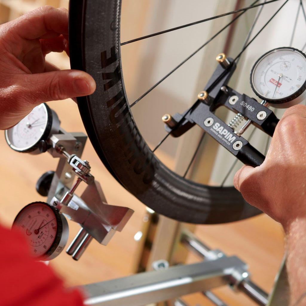 Laufräder werden in Konstanz, im Schmolke Headquarter, von Hand eingespeicht