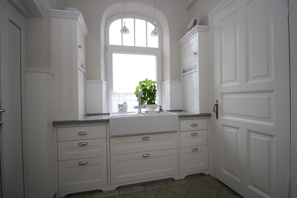 Schubkasten hat eine durchgehende Blende, Türen mit Rahmen und Füllung in MDF weiß