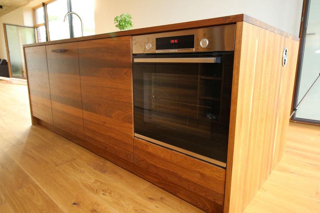 Küchenschrank und Küchenblock sind aus Eiche massiv gefertigt. Die Schrankkorpusse sind aus Kiefer massiv.
