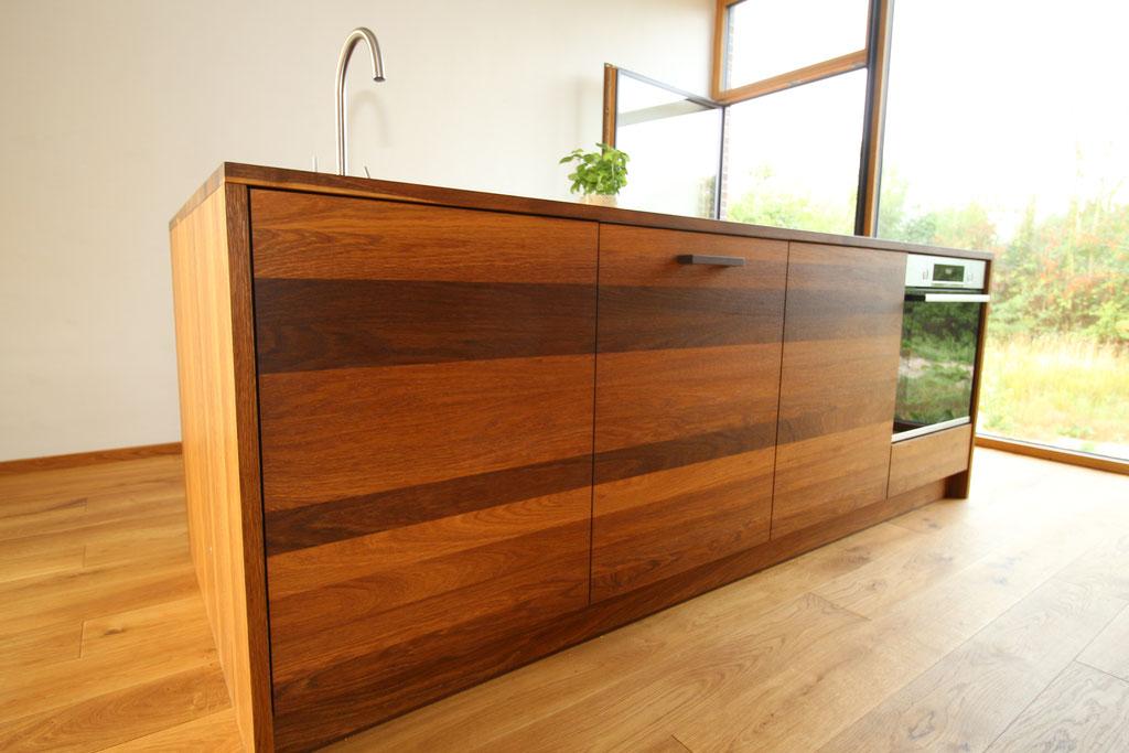 Die Küche ist grifflos, nur push-to-open öffnet Türen und Schubkästen