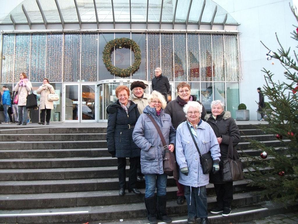 Vor dem Schokoladenmuseum.