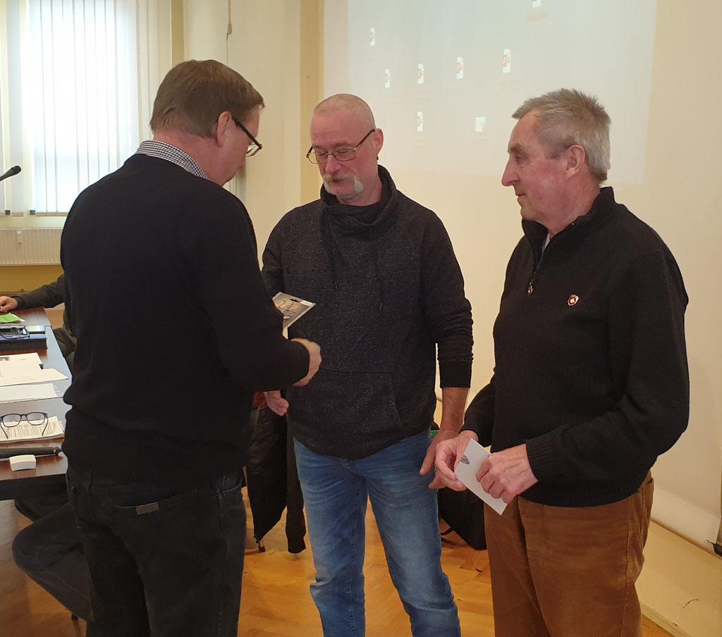 für außergewöhnliche Arbeitsleistungen werden Wolfgang Broda (r.) und Jens Winkler (m.) geehrt.