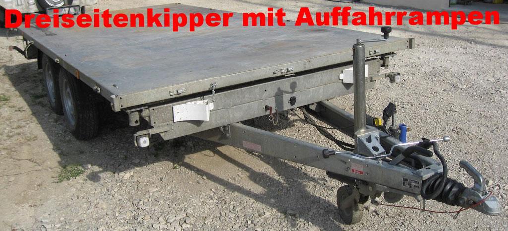 Transportanhänger mit Plattform und Auffahrrampen