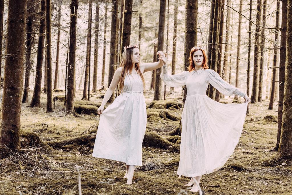 Portrait Fotografie Tanz Fotograf Wien Vogt Wangen Ravensburg Fine Art  Outdoor Portraitfotografie Wald Paar Boho weißes Kleid rote Haare verträumt moody innig stimmungsvoll