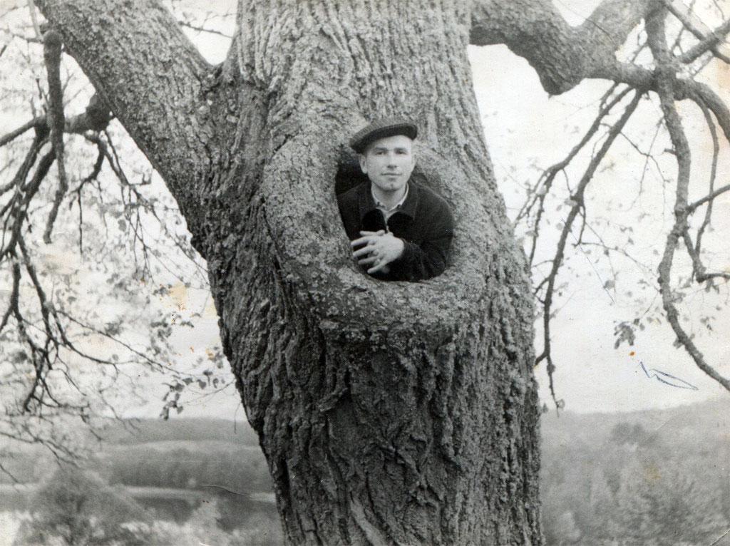 Неизвестный в дупле. Фото Л.Т.Перепеча 1960-е г.