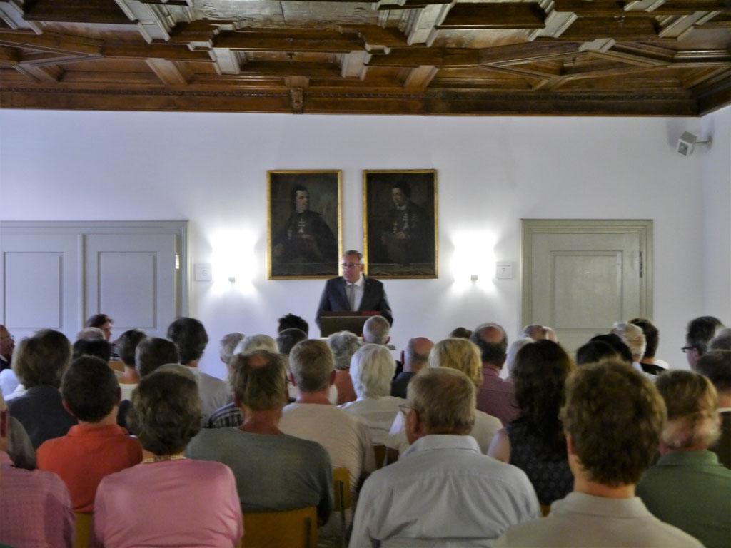 Manfred Schilder, Oberbügermeister von Memmingen, begrüßt den Autor und das Publikum