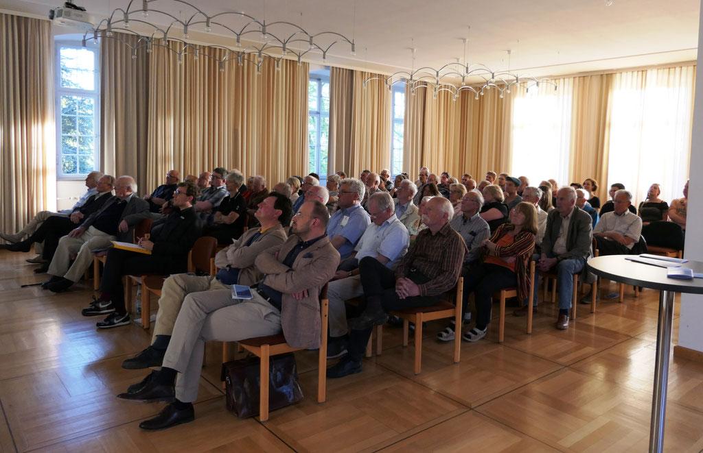 Publikum beim Vortrag Dr. Elmar Kuhn