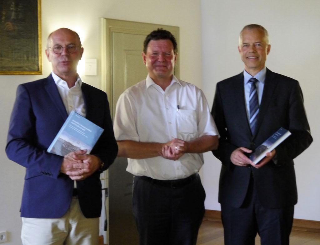 Dr. Hans-Wolfgang Bayer, Dr. Edwin Ernst Weber und Peer Frieß (v. l. n. r.) nach der offiziellen Übergabe des Bandes