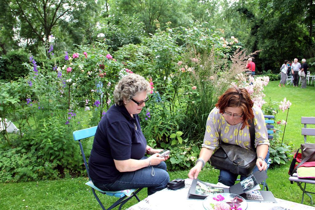 Überall im Garten waren kleine Sitzgelegenheiten verteilt, auf denen die Mitreisenden sich gerne niederliesen