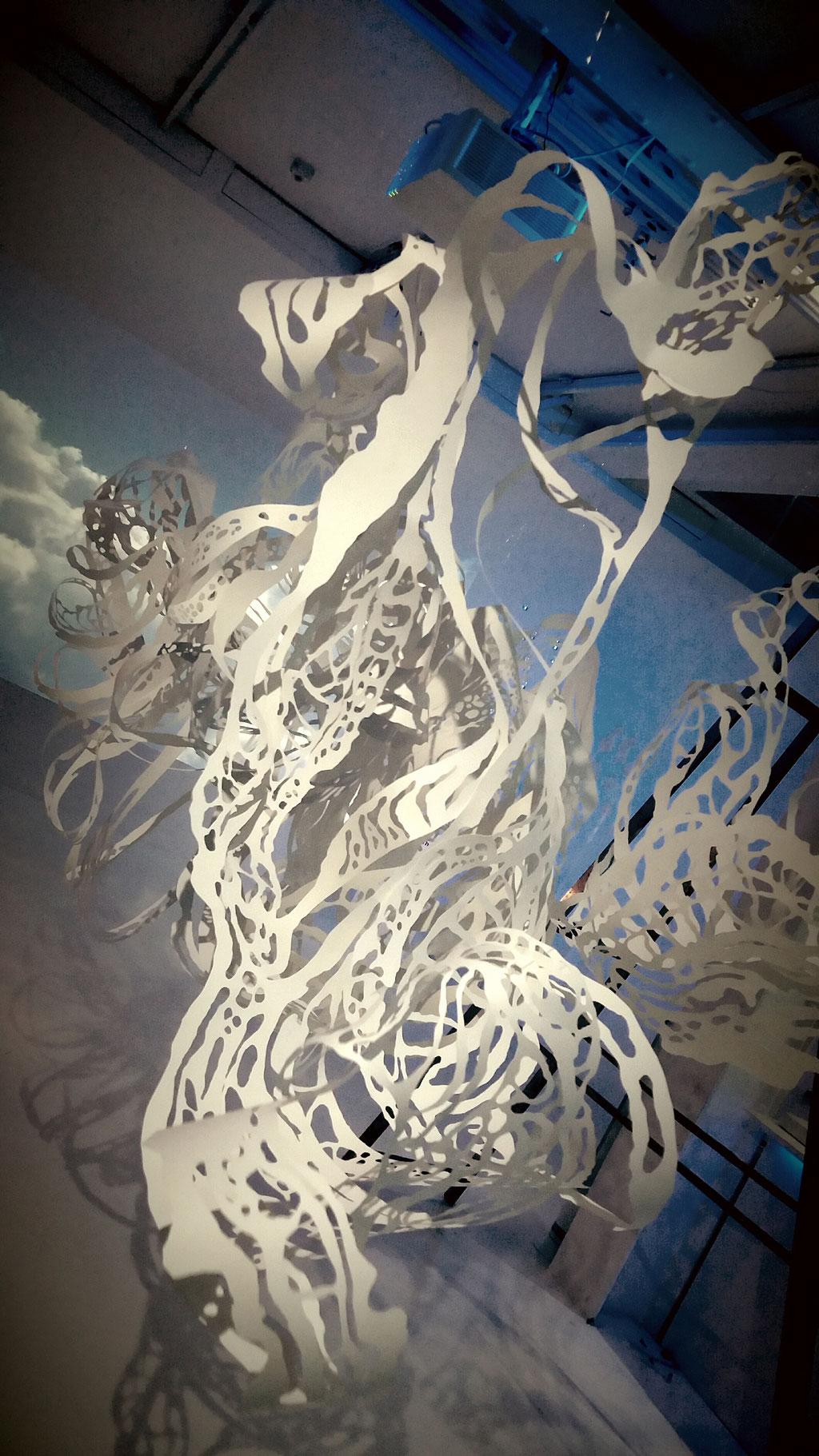Installazione in carta tagliata a mano
