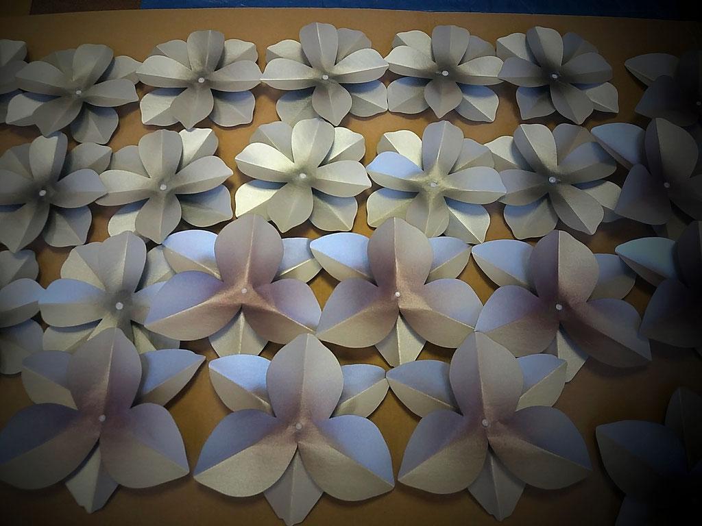decorazione di fiori di carta natalizia, pittura a mano