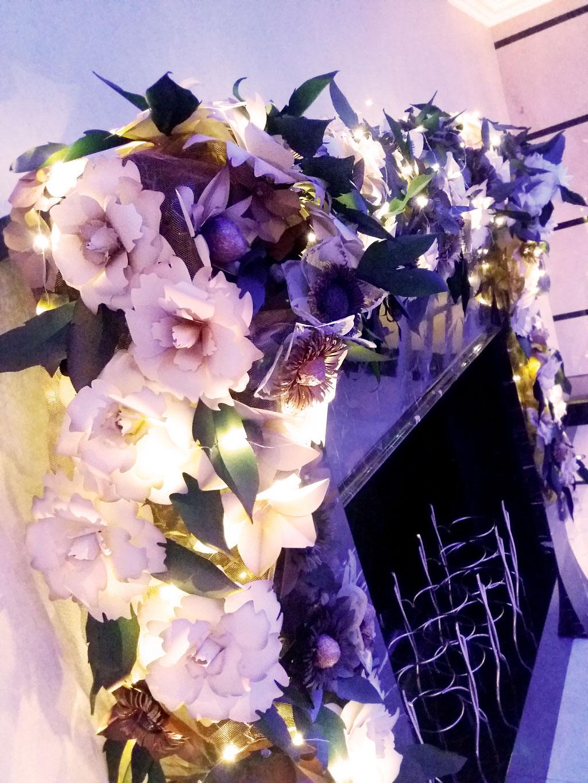 Decorazione natalizia, fiori e fogliame di carta