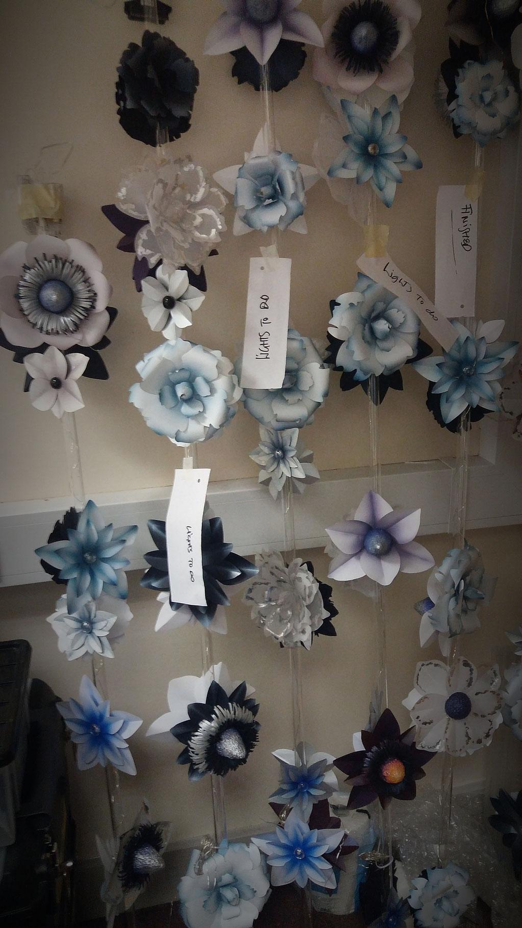 decorazione natalizia, fiori di carta su tubi Plexiglass e illuminazione micro LED