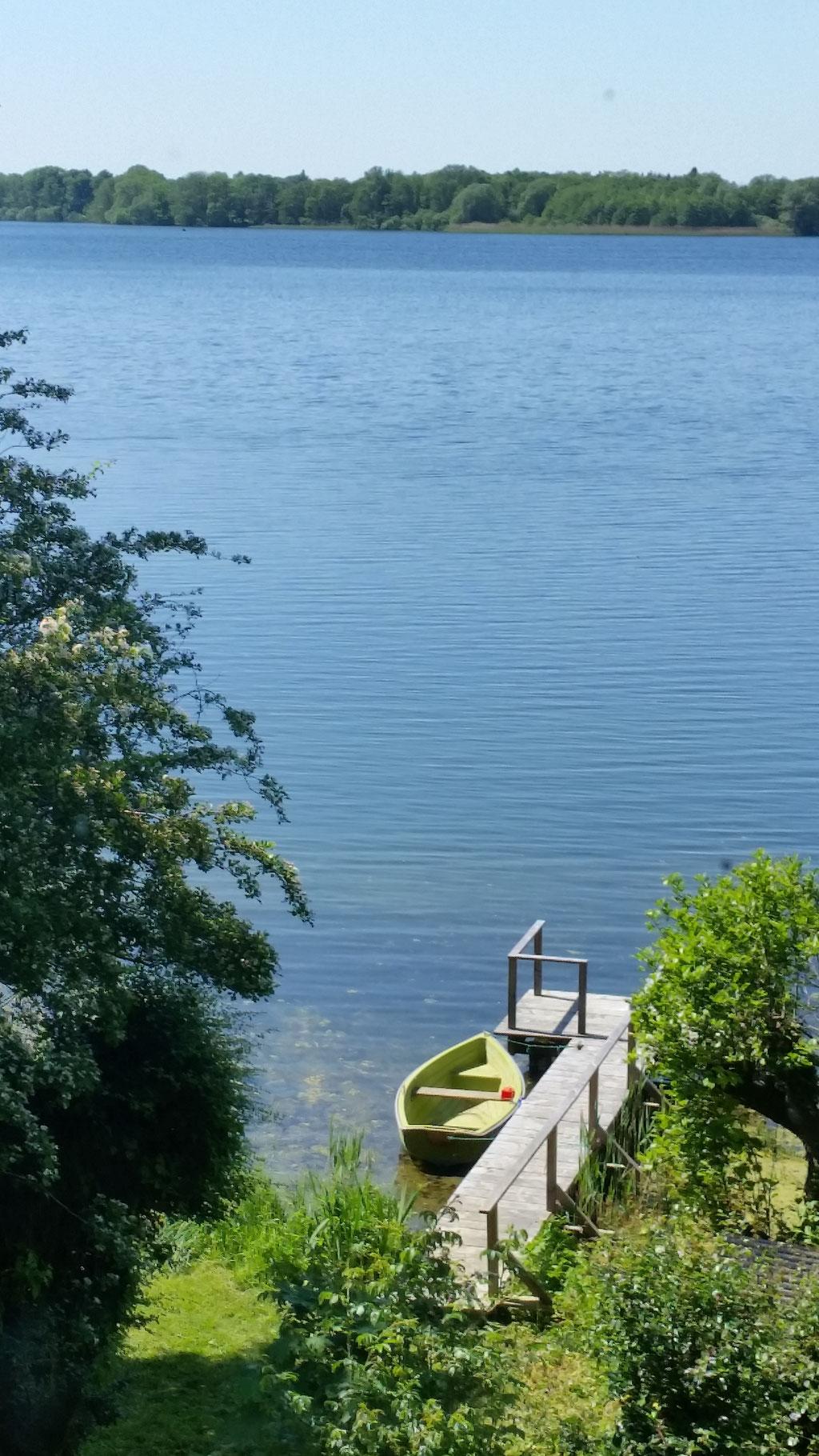 Ausblick auf das Ruderboot am Steg - fertig für eine Ausflug über den See