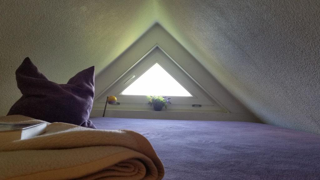 Schlafboden oben unter dem Dach