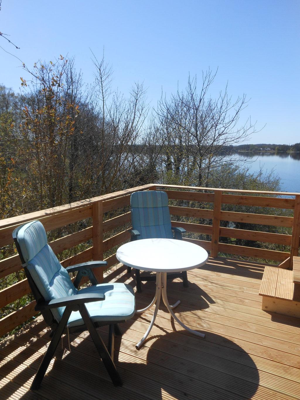 Die Terrasse kann über einen Ausgang in der Küche betreten werden und bietet einen Überblick über See und Garten
