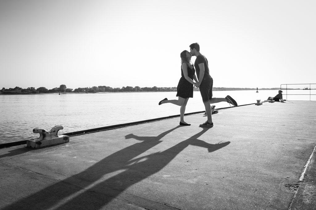 Authentische Hochzeitsbilder- Kennnelern-Shooting am Hafenfährenanleger