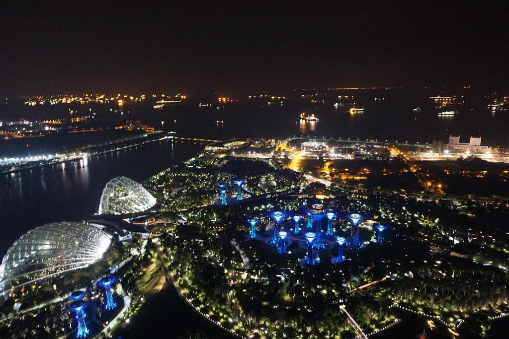 Ausblick von Marina Bay Sands auf Gardens by the Bay und den Hafen