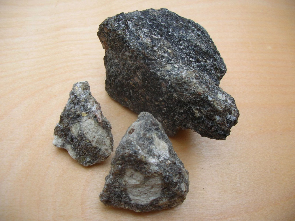 """Angeblicher """"Weihrauch"""" (Olibanum) aus dem Jemen, bestehend aus dunklem bis schwarzem, teils teerartig überzogenem Harz mit eingeschlossenen helleren Stücken und in kantiger Form - KEIN NATURHARZ, sondern ein verarbeitetes Produkt!!!"""